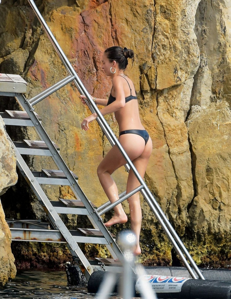 Chloe Bartoli bikini ile St Tropez plajında