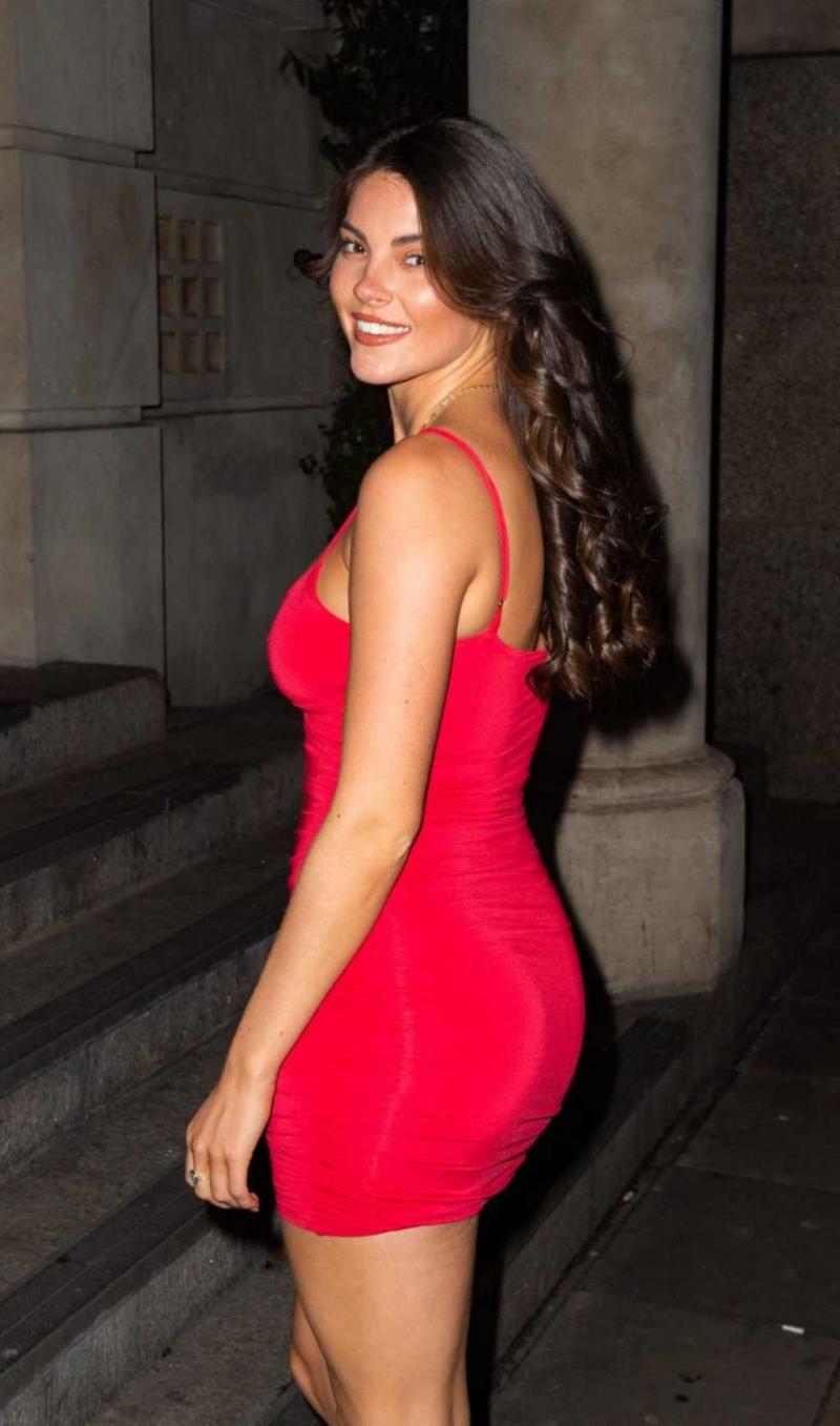 Rebecca Gormley göğüs dekolteli kırmızı mini elbiseyle
