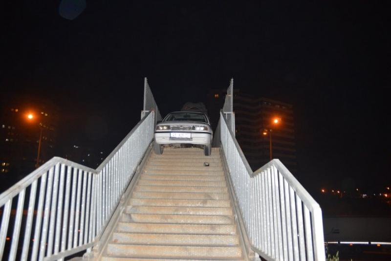 Adana'da yaya üst geçidine otomobili bırakıp, kaçtı