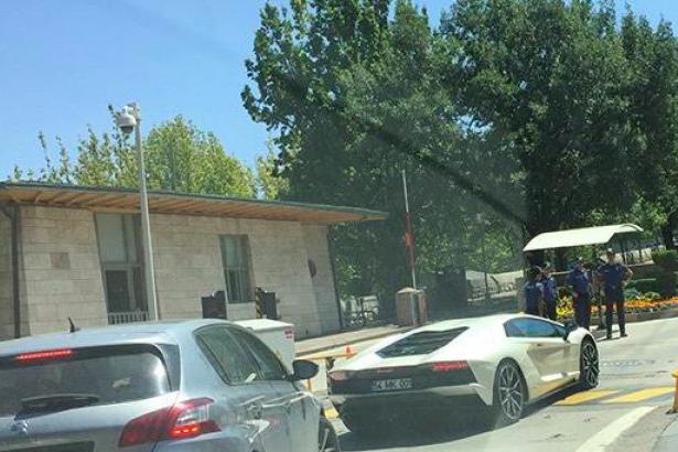 AKP'nin yeni vekili Meclis'e Lamborghini marka aracıyla geldi