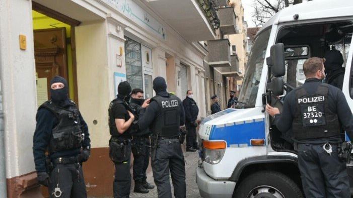 Almanya'da polis cami bastı