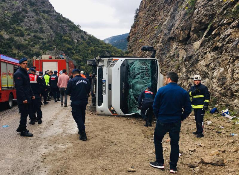 Antalya'da midibüs devrildi; 2 kişi öldü, 15 kişi de yaralandı