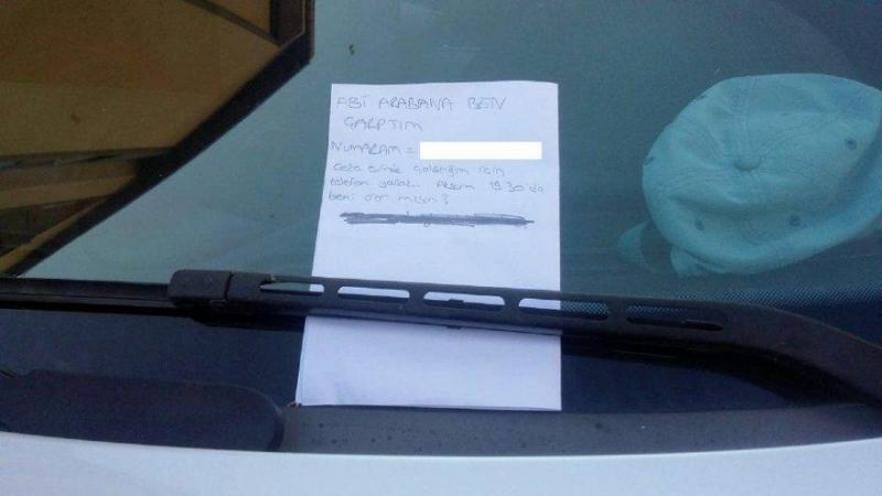 Arabaya 'Abi arabana ben çarptım' notu bırakıp telefon numarasını yazdı