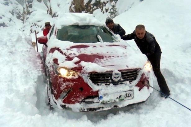 Artvin'de çığ düştü, araçlar yolda kaldı