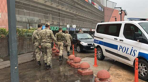 Asker AVM'deki işçileri rehin aldı