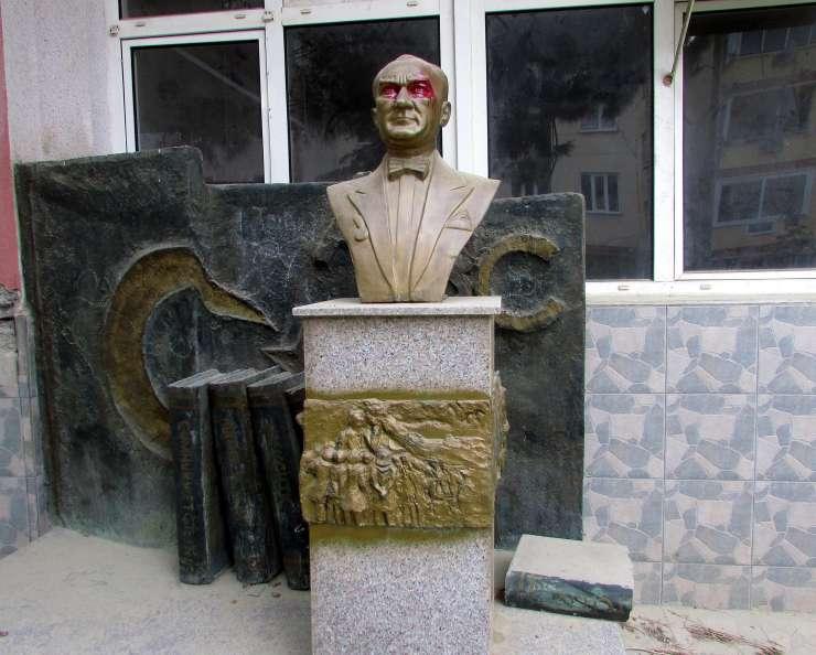 Atatürk büstü kırmızı boyayla tahrip edildi