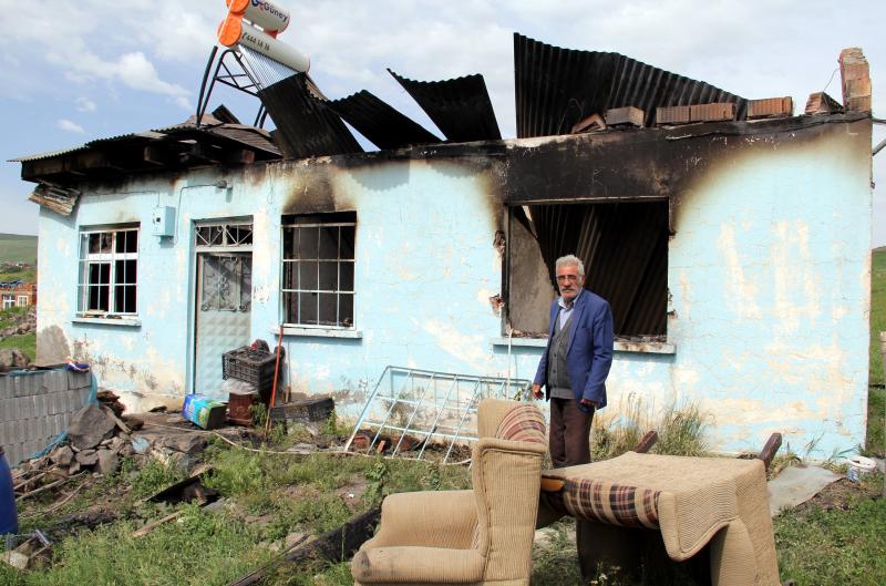 Atla gelip soydukları evi yaktılar