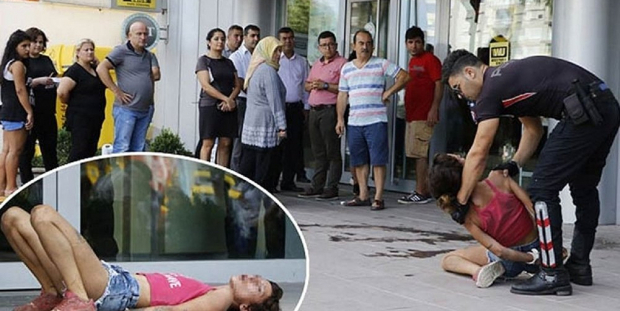 ATM'ye kartı sıkışan kadın, arkadaşına bıçak çekti, camları tekmeledi, polise tükürdü