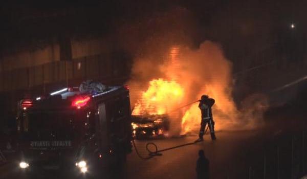 Bakırköy'de seyir halindeki taksi yandı