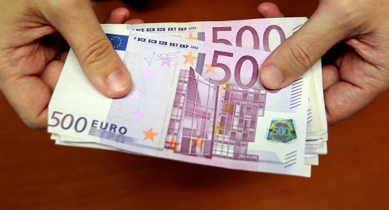 Bankacı zenginlerin hesabından halka 1 milyon euro aktardı