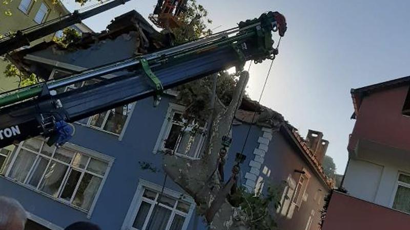 Beykoz'da dev çınar ağacı binanın üzerine devrildi