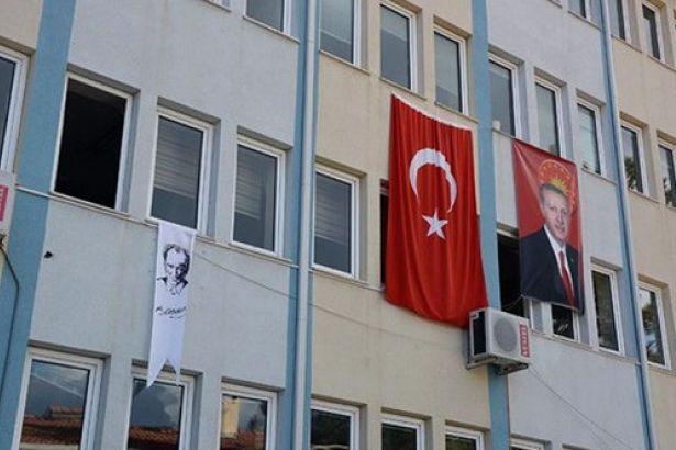 Büyük Erdoğan posteri, küçük Atatürk flamasına soruşturma