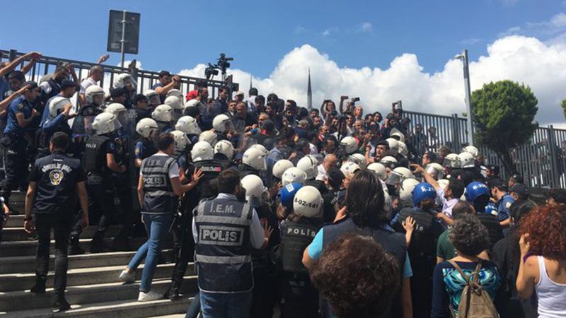Çağlayan Adliyesi önünde kayyım atamalarını protesto etmek isteyen avukatlara polis müdahalesi