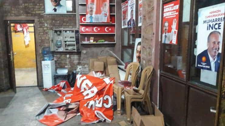 CHP'nin seçim merkezine saldırı: Yaralılar var