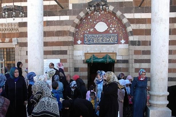 Diyanet: Camilerde iki kapı olacak, kadınlar ayrı kapıdan girip çıkacak