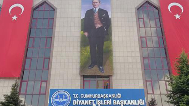 Diyanet'ten Türk bayrağı ve Atatürk açıklaması: 'Fark edilir edilmez düzeltildi'
