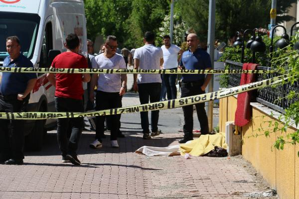 Doktor, avukat eşini çocuklarının önünde 14 el ateş ederek öldürdü