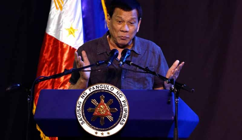 Duterte kadın etkinliğinde: Sizi deli kadınlar, orospular!
