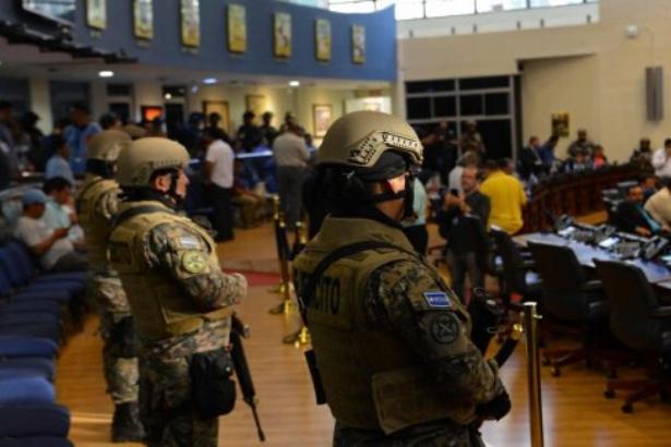 El Salvador'da asker ve polis devlet başkanının emriyle meclisi kuşattı