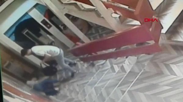 Erkek arkadaşının gözü önünde kendini defalarca bıçakladı