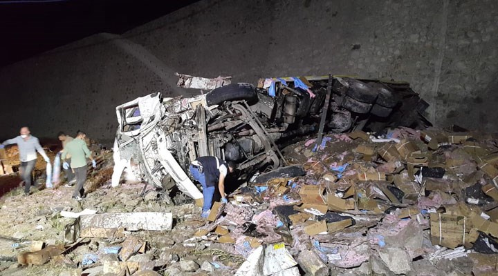 Erzurum'da dinamit yüklü kamyon devrildi: 2 ölü