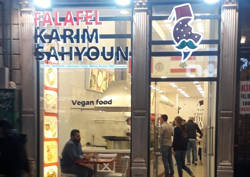 Falafel Karim Sahyoun isimli vegan restorana köpeğin girmesine izin verilmedi!