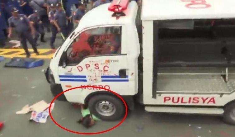 Filipinler'de polis aracı eylemcilerin arasına girdi: 50 yaralı