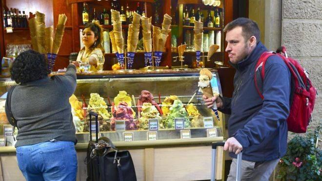 Floransa sokaklarında durarak ya da oturarak yemek yiyenlere 500 euro ceza!