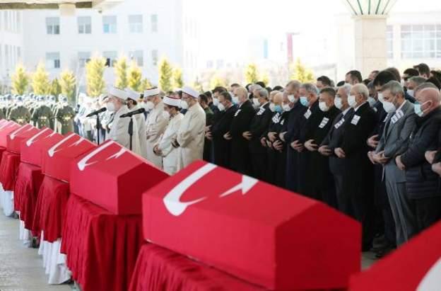 Helikopter kazasında hayatını kaybeden askerler için tören düzenlendi