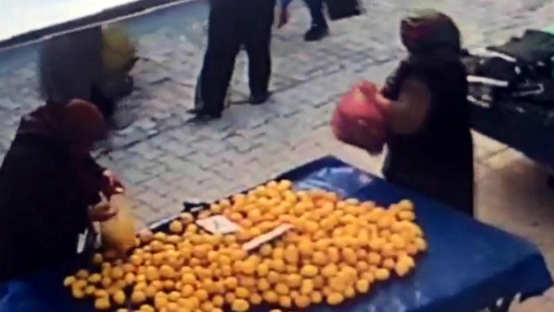 İki kadın pazardan limon çaldı