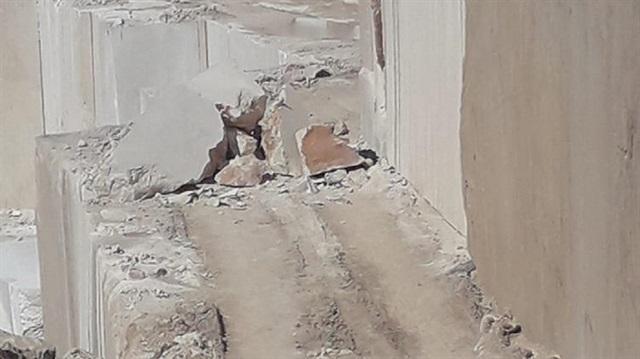 İşçi iki tonluk kayanın altında kaldı