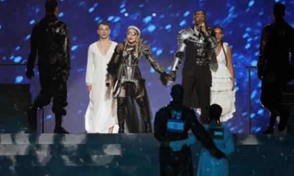 İsrail'deki Eurovision finalinde Madonna'nın dansçısından Filistin bayrağı