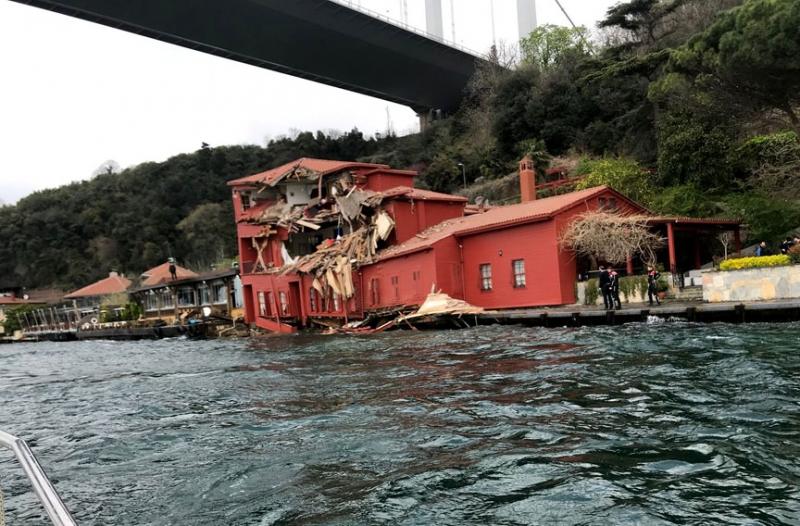 İstanbul Boğazı'nda tanker yalıya çarptı!