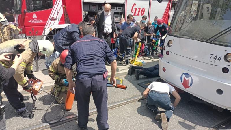 İstanbul'da bir kişi tramvayın altında kaldı