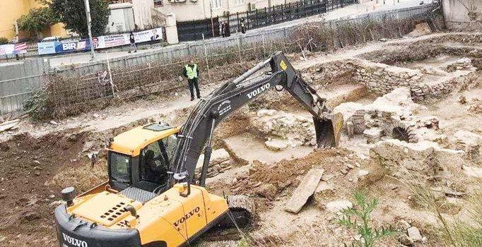 İstanbul'da keşfedilen tarihi Osmanlı hamamına kepçe girdi