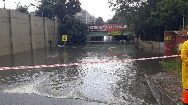 İstanbul'da yağış sonrası araçlar mahsur kaldı, seferler durdu!
