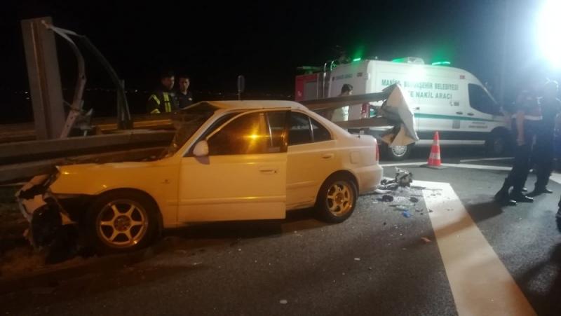 İzmir-İstanbul Otoyolu'nda araç bariyerlere girdi :3 ölü,2 yaralı