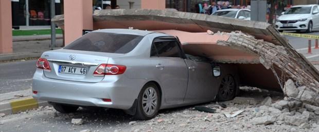Karaman'da vinç yaya geçidini yıktı: 1 yaralı!