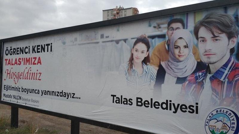 Kayseri Talas Belediyesi photoshopla Selena Gomez'e başörtüsü taktı