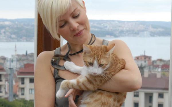'Kedim ölünce intiharı düşündüm' diyen Ömür Gedik'e hayvan düşmanlarından saldırı