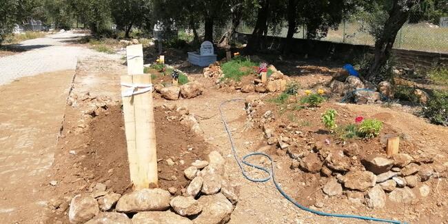 Kendisini öldürüp intihar eden eşinin mezarının yanına gömüldü