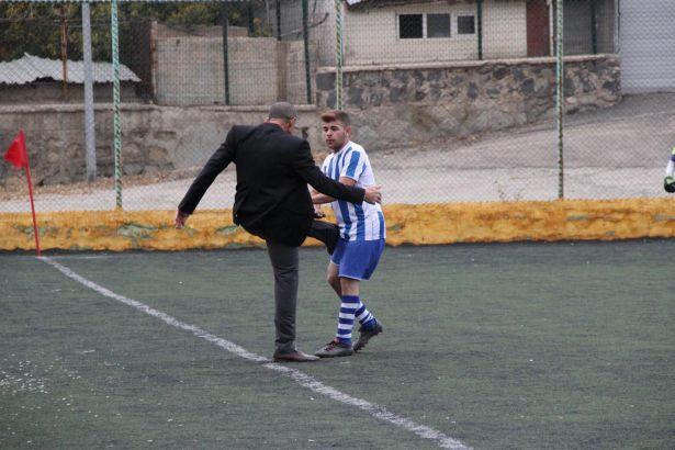 Kulüp Başkanı sahaya girip futbolcusunu tekmeledi!
