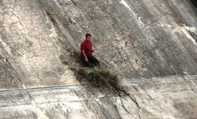 Manisa'da baraja düşerken otlara tutunarak hayatta kaldı