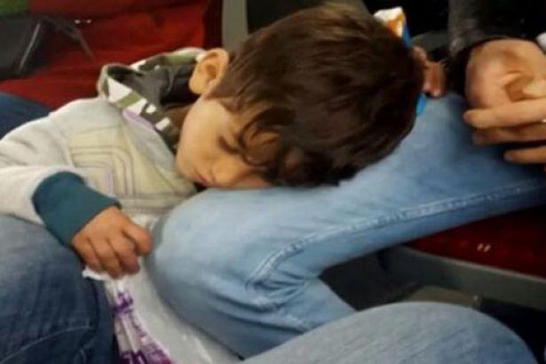 Metrobüste mendil satarken bir yolcunun dizinde uyuyakaldı