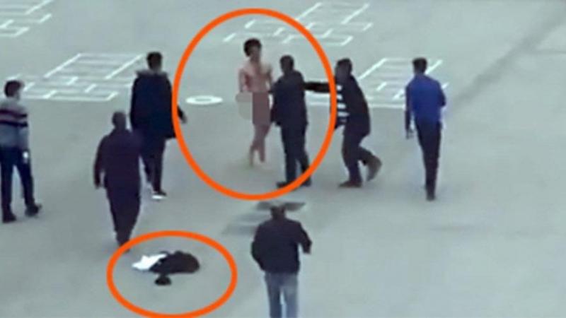 Meydanda soyunan genci linçten polis kurtardı