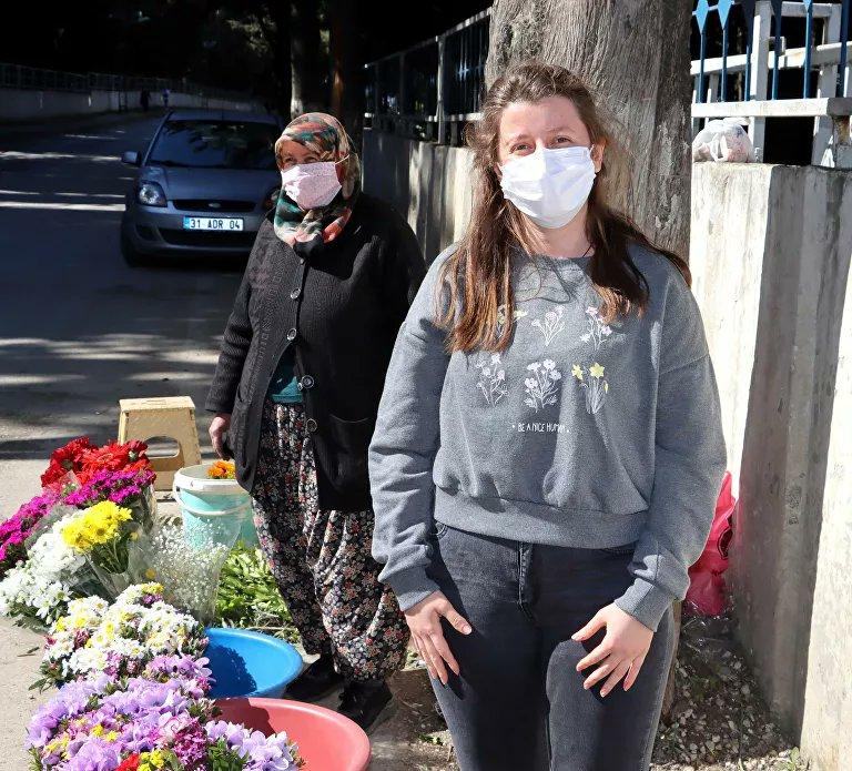 Mezarlıkta çiçek satarak kızını Oxford Üniversitesi'nde okutuyor