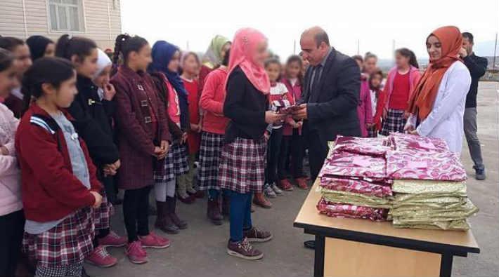 Milli Eğitim Müdürü okulda türban dağıttı!