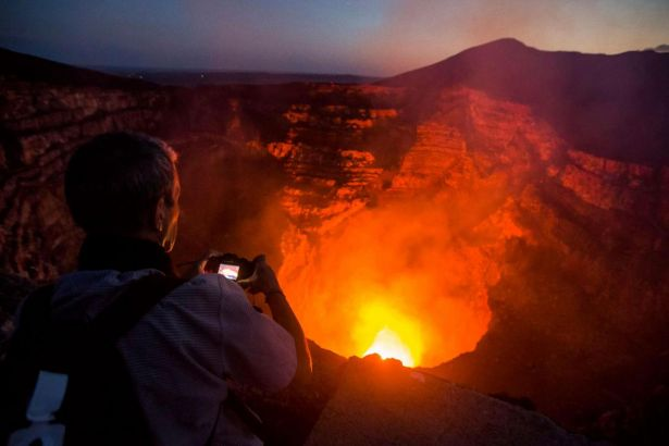 Nikaragua'da 2 kişi yanardağın içine düştü