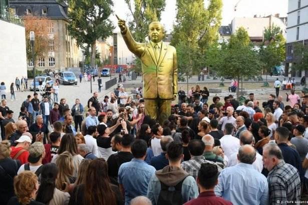 O ülkedeki Erdoğan heykeli kaldırıldı