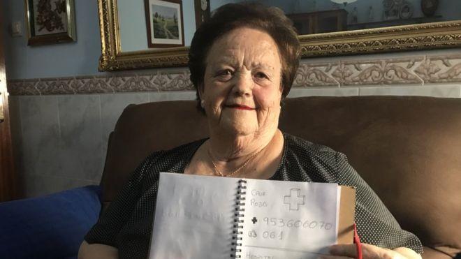 Okuma-yazma bilmeyen büyükannesine çizerek telefon rehberi yaptı